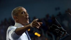 الرئيس الأمريكي باراك أوباما خلال كلمة لها أمام تجمع إنتخابي للمرشحة الديمقراطية للرئاسة هيلاري كلينتون في جامعة 'نورث فلوريدا' في جاسكونفيل، فلوريدا، 3 نوفمبر، 2016. (AFP PHOTO / NICHOLAS KAMM)