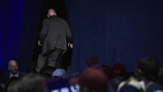 رجال أمن يسارعون بالنزول عن المنصة بعد إجلاء المرشح الجمهوري للرئاسة دونالد ترامب خلال تجمع إنتخابي في قاعة 'رينو سباركس' للمؤتمرات في رينو، نيفادا، 5 نوفمبر، 2016. (AFP PHOTO / MANDEL NGAN)