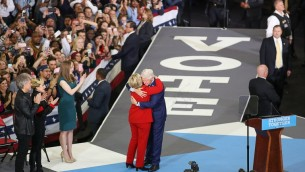 الرئيس الأمريكي الأسبوق بيل كلينتون يعانق هيلاري كلينتون على خشبة المسرح داخل 'مدرج رينولدز' في حرم جامعة كارولينا الشمالية في المحطة الأخيرة لحملتها الإنتخابية قبل يوم الإنتخابات، في رالي، كارولينا الشمالية، 7 نوفمبر، 2016. (AFP PHOTO / Logan Cyrus)