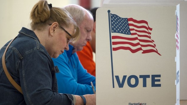 اشخاص يدلون بأصواتهم في الانتخابات الرئاسية الامريكية، 8 نوفمبر 2016 (PAUL J. RICHARDS / AFP)