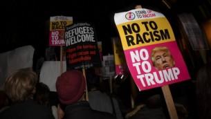 متظاهرون يحملون لافتات كُتب عليها 'لا للعنصرية، لا لترامب' خلال تظاهرة أمام السفارة الأمريكية في لندن، 9 نوفمبر، 2016، ضد الرئيس الأمريكي المنتخب دونالد ترامب بعد إعلان انتصاره في الإنتخابات الرئاسية الأمريكية. (AFP PHOTO / BEN STANSALL)