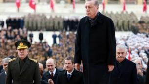 الرئيس التركي رجب طيب أردوغان، في وسط الصورة، في زيارة ل'أنيت كابير'، ضريح مؤسس الجمهورية التركية مصطفى كمال أتاتورك، خلال إحياء الذكرى ال78 لوفاته في أنقرة، 10 نوفمبر، 2016. (AFP / ADEM ALTAN)