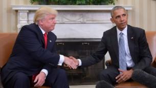 الرئيس الامريكي باراك اوباما والرئيس المنتخب دونالد ترامب يتصافحان خلال اجتماع لتخطيط انتقال الحكم في المكتب البيضاوي في البيت الابيض، 10 نوفمبر 2016 (JIM WATSON/AFP)