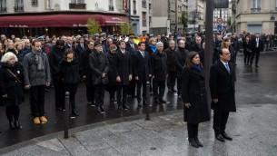 الرئيس الفرنسي فرنسوا هولاند ورئيسة بلدية باريس ان ايدالغو بعد ازاحة الستار عن لوحة تذكارية لضحايا اعتداءات باريس، 13 نوفمبر 2016 (CHRISTOPHE PETIT TESSON / POOL / AFP)
