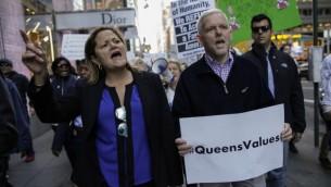 رئيسة مجلس بلدية نيويورك مليسا مارك فيفيريتو والنائب جيمي فان برامر يشاركان في مظاهرة ضد الرئيس الامريكي المنتخب دونالد ترامب في نيويورك، 19 نوفمبر 2016 (KENA BETANCUR / AFP)