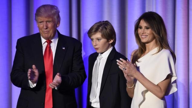 الرئيس الاميركي المنتخب دونالد ترامب وزوجته ميلانيا مع ابنهما بارون في فندق هيلتون في نيويورك، 8 نوفمبر 2016 (SAUL LOEB / AFP)