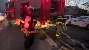 رجال إطفاء إسرائيليون يساعدون في إخماد حريق في مدينة حيفا الساحلية شمال إسرائيل، 24 نوفمبر، 2016. (AFP PHOTO / JACK GUEZ)