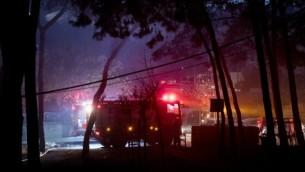 طواقم الإطفاء تساعد في إخماد النيران في مدينة حيفا شمال إسرائيل، 24 نوفمبر، 2016. (Jack Guez/AFP)
