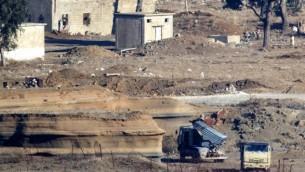 صورة تم إلتقاطهما من هضبة الجولان تظهر قاذفة صواريخ محملة يستخدمها عناصر تنظيم مسلح في الجانب السوري من الجولان، 28 نوفمبر، 2016. (AFP/ JACK GUEZ)