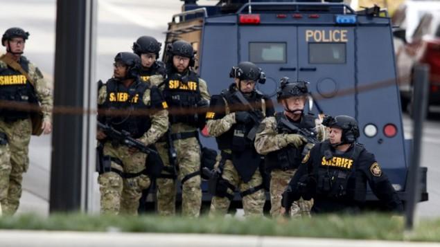 قوات الامن الامريكية خارج موقف سيارات في جامعة اوهايو الامريكية خلال وقوع هجوم، 28 نوفمبر 2016 (PAUL VERNON / AFP)