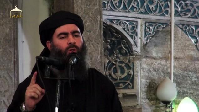 صورة شاشة من فيديو اصدره تنظيم الدولة الإسلامية في 5 يوليو 2014، يظهر فيه زعيم التنظيم ابو بكر البغدادي يلقي خطابا في مسجد في مدينة الموصل.(AFP/HO/al-Furqan Media)