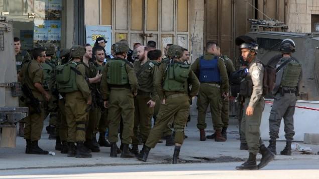 صورة توضيحية: القوات الإسرائيلية في موقع هجوم طعن بالقرب من حاجز حوارة القريب من ميدنة نابلس في الضفة الغربية، 27 ديسمبر، 2015. (AFP/Jaafar Ashtiyeh)