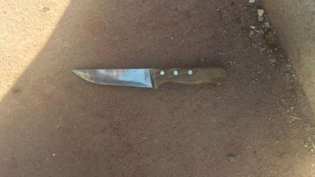 للتوضيح: سكين يُزعم بأنها استُخدمت في محاولة هجوم طعن ضد جنود إسرائيليين خارج مستوطنة عوفرا في الضفة الغربية، 3 نوفمبر، 2016. (وحدة المتحدث بإسم الجيش الإسرائيلي)