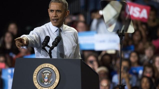 الرئيس الأمريكي باراك أوباما يتحدث خلال حدث إنتخابي لحشد التأييد لهيلاري كلينتون في جامعة كابيتال في 1 نوفبمر 2016 في كولمبوس بولاية أوهايو.  (Ty Wright/Getty Images/AFP)