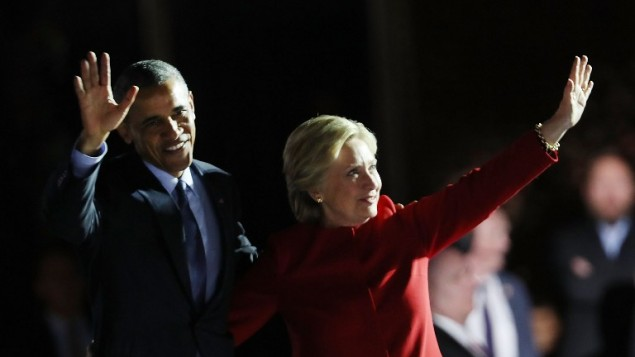 المرشحة الديمقراطية للرئاسة ووزيرة الخارجية السابقة هيلاري كلينتون تقف إلى جانب الرئيس باراك أوباما خلال مهرجان إنتخابي عشية يوم الإنتخابات في 7 نوفمبر، 2016 في فيلادلفيا، بنسلفانيا. ( Spencer Platt/Getty Images/AFP)