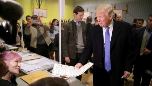 المرشح الجمهوري للرئاسة الامريكية يدلي بصوته في نيويورك، 8 نوفمبر 2016 (Chip Somodevilla/Getty Images/AFP)