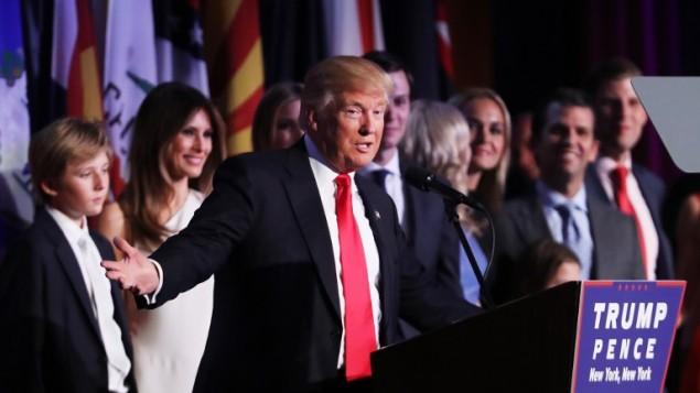 الرئيس الأمريكي المنتخب دونالد ترامب يلقي خطاب النصر في فندق 'نيويوك هيلتون ميدتاون' في ساعات الفجر الأولى ليوم ال9 من نوفمبر، 2016 في مدينة نيويورك. (Spencer Platt/Getty Images/AFP)