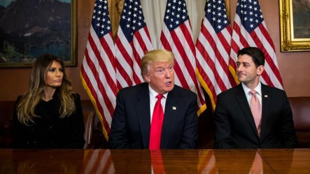 الرئيس الامريكي المنتخب دونالد ترامب مع زوجته ميلانيا ورئيس مجلس النواب الجمهوري بول راين، في مبنى الكابيتول في واشنطن، 10 نوفمبر 2016 (Zach Gibson/Getty Images/AFP)