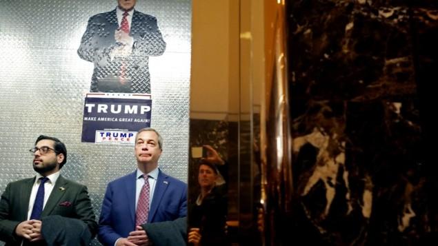 نايجل فاراج (وسط الصورة)، زعيم حزب 'إستقلال بريطانيا'، يصل إلى 'برج ترامب' في 12 نوفمبر، 2016 في مدينة نيويورك. (Yana Paskova/Getty Images/AFP)