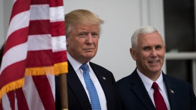 الرئيس الامريكي المنتخب دونالد ترامب ونائبه مايك بنس في نادي ترامب غولف الدولي في نيو جيرزي، 19 نوفمبر 2016 (Drew Angerer/Getty Images/AFP)