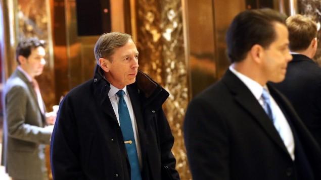 الجنرال المتقاعد ديفيد بترايوس يصل للقاء بالرئيس الامريكي المنتخب دونالد ترامب في برج ترامب في نيويورك، 28 نوفمبر 2016 (Spencer Platt/Getty Images/AFP)