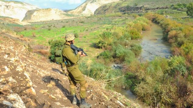 صورة للتوضيح: جنود إسرائيليون خلال تدريب في هضبة الجولان في 15 ديسمبر، 2014.  (Matan Portnoy/IDF Spokesperson's Unit/Flickr)