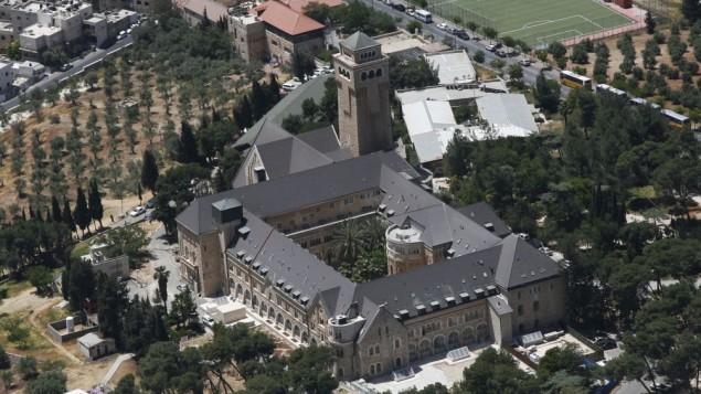 مجمع مستشفى 'أوغوستا فيكتوريا' (المطلع) على جبل الزيتون في القدس الشرقية.  (CC BY-SA Ilan Arad, Wikimedia)