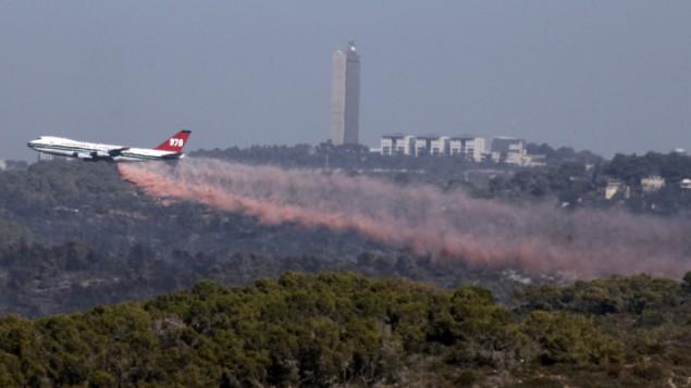 طائرة 'إفرغرين سوبرتانكر' تقوم بإخماد حريق أحراش بالقرب من مدينة حيفا شمال إسرائيل، 5 ديسمبر، 2010. (Abir Sultan/Flash90)