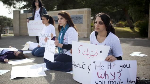 نساء عربيات ويهوديات يتظاهرن بصمت ضد العنف الاسري في الجامعة العبرية في القدس في 8 مارس، يوم المرأة العالمي (Yonatan Sindel/Flash90)
