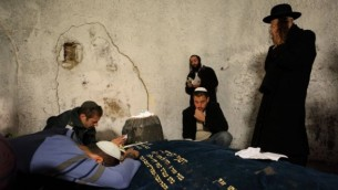 يهود حريديم يصلون في موقع 'قبر يوسف' في مدينة نابلس بالضفة الغربية، 16 نوفمبر، 2009. (Yaakov naumi / Flash90)