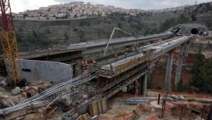 صورة للأنفاق والجسور قيد البناء على طول طريق القطار السريع بين تل أبيب والقدس، 6 فبراير، 2014. (Yossi Zamir/Flash90)