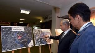 رئيس الوزراء بينيامين نتنياهو يعرض على وزير الخارجية الياباني خرائط الأنفاق الهجومية الممتدة من غزة إلى إسرائيل، خلال زيارة قام بها الأخير إلى إسرائيل. 24 يوليو، 2014. (Haim Zach/GPO)