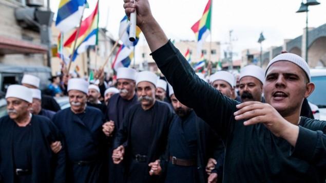 من الأرشيف: دروز من مواطني إسرائيل من قرية يركا يشاركون في تظاهرة تضامنا مع إخوانهم في سوريا المهددين من المعارك الجارية في الحرب الأهلية التي تمزق هذا البلد، 14 يوليو، 2015. (Basel Awidat/Flash90)