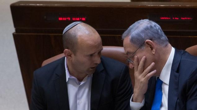 رئيس الوزراء بينيامين نتنياهو، من اليمين، ووزير التعليم نفتالي بينيت في الكنيست، 17 يونيو، 2015. (Miriam Alster/Flash90)