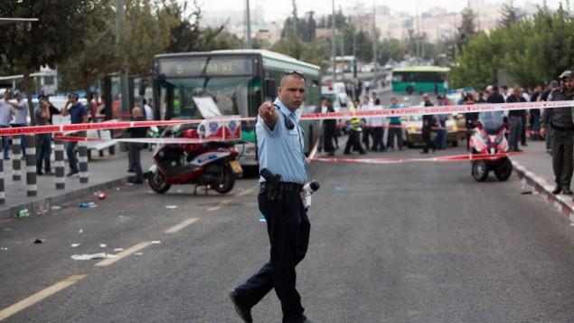عناصر الشرطة في موقع هجوم طعن في القدس، 8 أكتوبر، 2015. (Yonatan Sindel/Flash90)