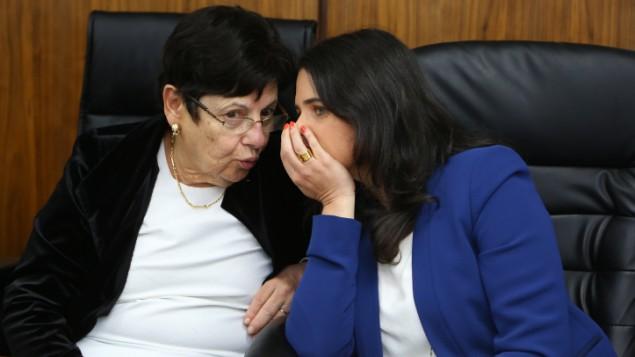 وزيرة العدل ايليت شاكيد مع رئيسة المحكمة العليا ميريان ناؤور في مدينة بيت شيمش، 29 مارس 2016 (Yaakov Lederman/Flash90)