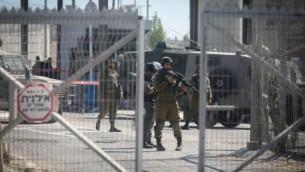 القوات الإسرائيلية عند حاجز قلنديا القريب من رام الله، 26 يوليو، 2016. (Flash90)