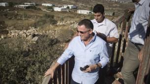 رئيس الكنيست يولي ادلشتين في بؤرة عامونا الاستيطانية، 28 يوليو 2016 (Hadas Parush/FLASH90)