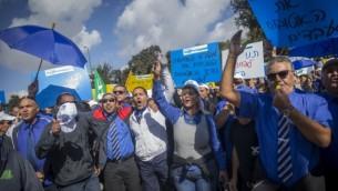 سائقو شركة 'إيغد' يحتجون أمام وزارة المالية في القدس، 2 أكتوبر، 2016. (Yonatan Sindel/Flash90)