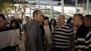 متظاهرون  أمام مسرح 'هابيما' في تل أبيب احتجاجا على عرض إحدى أعمال المسرح في مستوطنة كريات أربع، المتاخمة لمدينة الخليل في الضفة الغربية، 9 نوفمبر، 2016.  (Tomer Neuberg/Flash90)