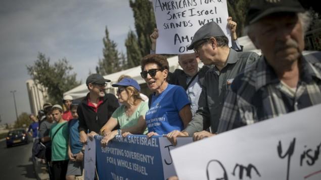 إسرائيليون من بؤرتي عوفرا وعامونا الإستيطانيتين يتظاهرون مطالبين بالمصادقة على مشروع قانون لشرعنة البؤر الإستيطانية في الضفة الغربية، بالقرب من ديوان رئيس الوزراء في القدس، 13 نوفمبر، 2016. (Yonatan Sindel/Flash90)