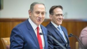 رئيس الوزراء بينيامين نتنياهو يترأس الجلسة الأسبوعية للحكومة في مكتبه في القدس، 20 نوفمبر، 2016. (Emil Salman/POOL)