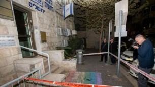 الشرطة في الموقع الذي قام فيه مجهولون برسم علم فخر المثليين عند مدخل مكاتب الحاخامية في القدس، 20 نوفمبر، 2016. (Yonatan Sindel/Flash90)