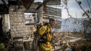 رجال إطفاء إسرائيليون يحاولون إخماد الحريق في نطف، خارج القدس، 23 نوفمبر، 2016. (Yonatan Sindel/Flash90)