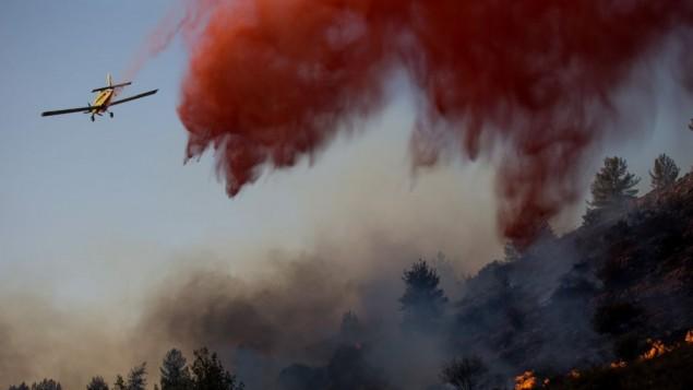 طائرات اطفاء اسرائيلية تحاول اخماد حريق اندلع بجوار بلدة نطف في منطقة القدس، 23 نوفمبر 2016 (Yonatan Sindel/Flash90)