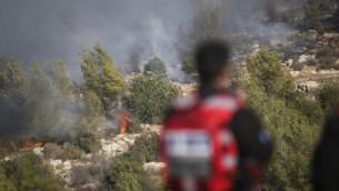 طائرات مكافحة حرائق إسرائلية تحاول إخماد حريق اندلع في الأحراش بالقرب من نيفيه إيلان، خارج القدس، 24 نوفمبر، 2016. (Yonatan Sindel/Flash90)