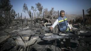 مسؤول حكومي يتفقد الأضرار في ما تبقى من معطم 'مطبخ راما' في قرية نطف التعاونية في أعقاب حريق هائل في المنطقة، 28 نوفمبر، 2016.  (Photo by Yonatan Sindel/Flash90)