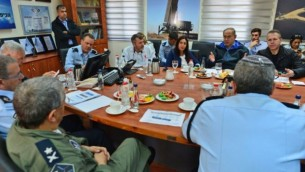 رئيس الوزراء بينيامين نتنياهو (الثالث من اليمين) يلتقي بمسؤولين أمنيين في قاعدة 'حتسور' الجوية، نقطة إنطلاق طائرات مكافحة الحرائق، الجمعة، 25 نوفمبر، 2016. (Kobi Gideon / GPO)