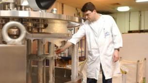 مصنع شركة  Ahava في مستوطنة متسبيه شاليم في الضفة الغربية. (Flash90)