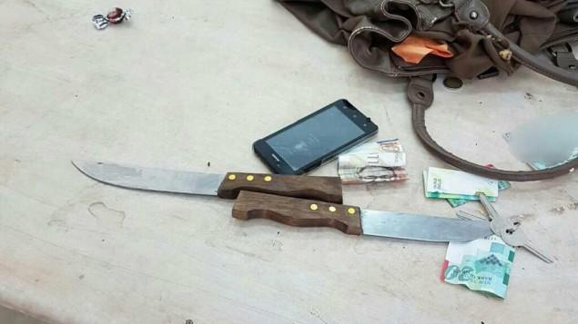 سكاكين تم العثور عليها داخل حقيبة امرأة فلسطينية خططت لتنفيذ هجوم في الحرم الابراهي بالخليل، 1 نوفمبر 2016 (Israel Police)